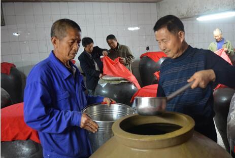 湖南农民挖地三尺酿好酒