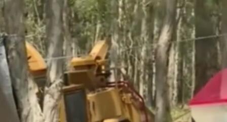 54岁农民帮邻居清理车道
