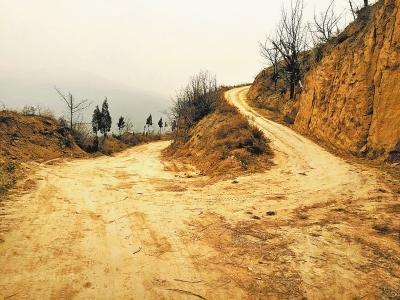 1.9公里土路將小村與外面界音耗隔絕