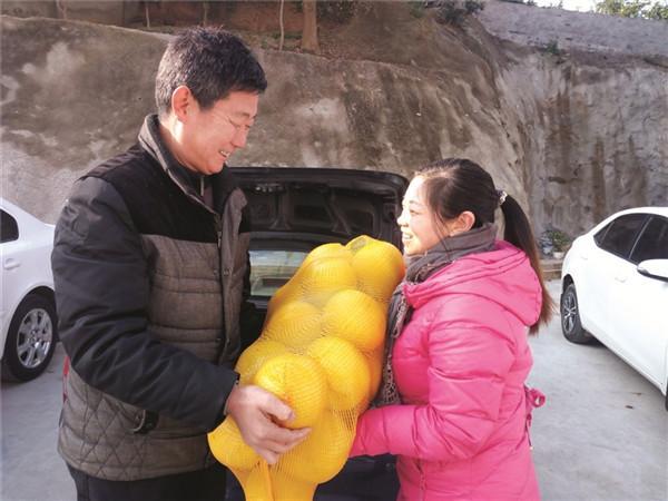 蜜柚丰收销路成难题 小区居民义购感动种植户