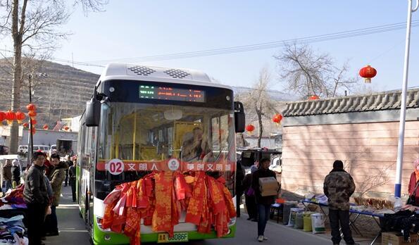 青海首条交通扶贫公交专线发车 村民致富路越走越宽