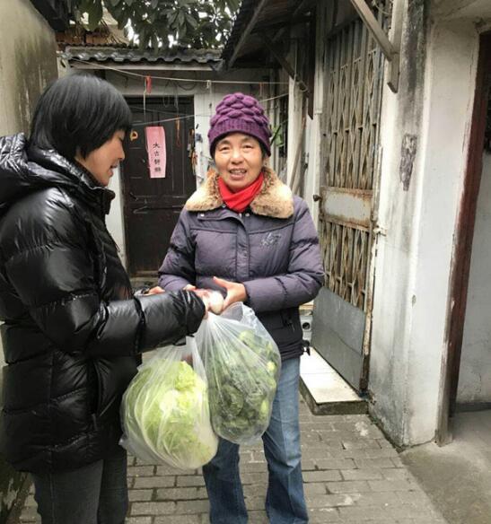 苏州一社区雪中送菜 300斤蔬菜惠及20余户困难家庭