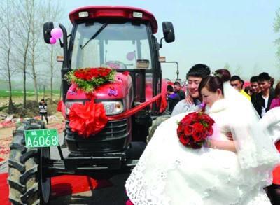 拖拉机接新娘 展现新时代农民风采