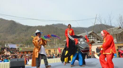 四川广元村民演传统牛灯戏庆贺新生活迎新年