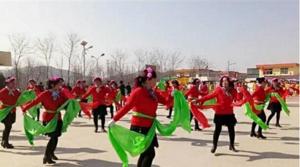 甘肃皋兰县石洞镇阳洼窑村妇女在元宵节时表演秧歌