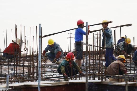 建筑工地老龄化严重 为何月入1万年轻人都不愿意干?
