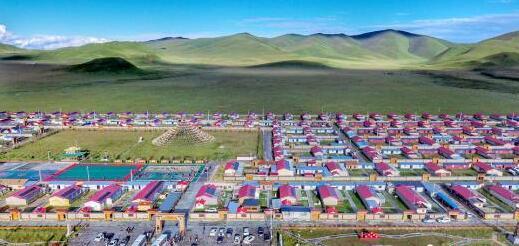 """甘肃甘南藏区的""""绿色嬗变"""":昔日牧村变藏寨引游人"""