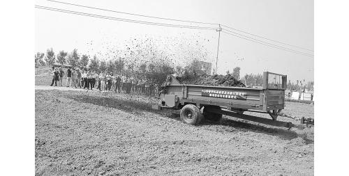 机械撒施有机肥激活土壤正能量